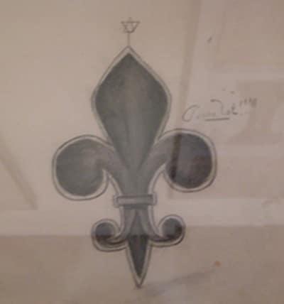 Fleur de lys surmontée par le sceau de Salomon lors des visites guidées à Rennes-le-Château