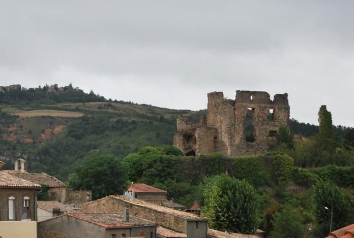 Vue opposée depuis le nouveau cimetière de Coustaussa et Rennes-le-Château dans le lointain