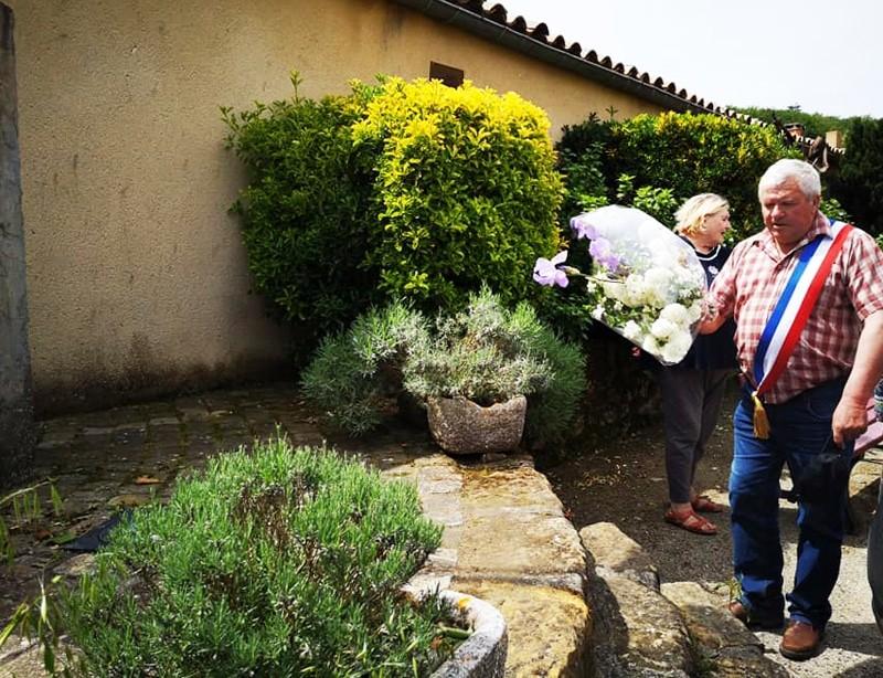 News : le maire de Fourtou a déposé des fleurs au monument aux morts pour commémorer la fin de la 2e guerre mondiale.