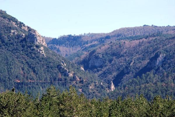 Gorges du Bézis, photo prise depuis l'entrée du village de Peyrolles