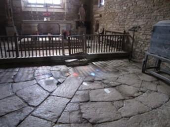 """La """"vescica"""" de la chapelle Saint-Gobrien animée par la lumière du vitrail"""