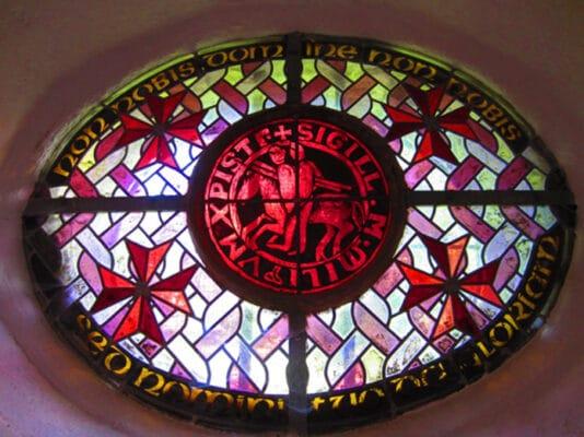 Il fait inscrire la devise des Templiers sur son pourtour : Non nobis, domine, non nobis, sed nomini tuo da gloria