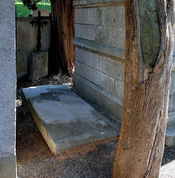Tombe de l'abbé Henri Boudet, auteur de la VLC et de son frère, Edmond, à Axat avec le chiffre neuf