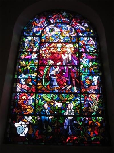 Au centre de la scène, nous redécouvrons Joseph d'Arimathie aux pieds du Christ. La coupe verte est bien sûr le Graal, thème majeur de l'église.