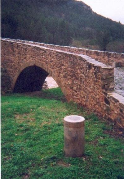 Le tombeau du Christ est visible depuis la borne méridienne du pont de Serres dans l'Aude