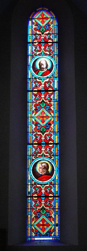Vitrail de l'église de Rennes-les-Bains présent au milieu du choeur avec les saints patrons Nazaire et Celse