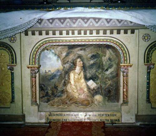 Bas-relief sous le maitre-autel de l'église de Rennes-le-Château avec le texte en dessous sans la Joconde