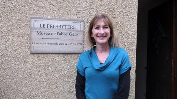 Stéphanie Buttegeg organise des visites guidées et se trouve à l'entrée du musée de l'abbé Gélis