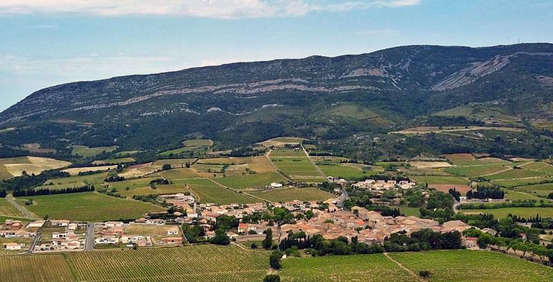 Camplong d'Aude avec en fond, la montagne d'Alaric, lieu d'une partie du trésor